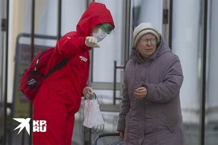 Волонтеры раздают маски на вокзале Екатеринбурга.