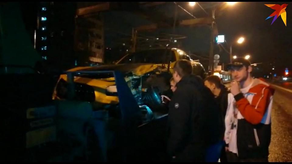 Дорогую иномарку с дороги забирает эвакуатор. Фото: скрин видео