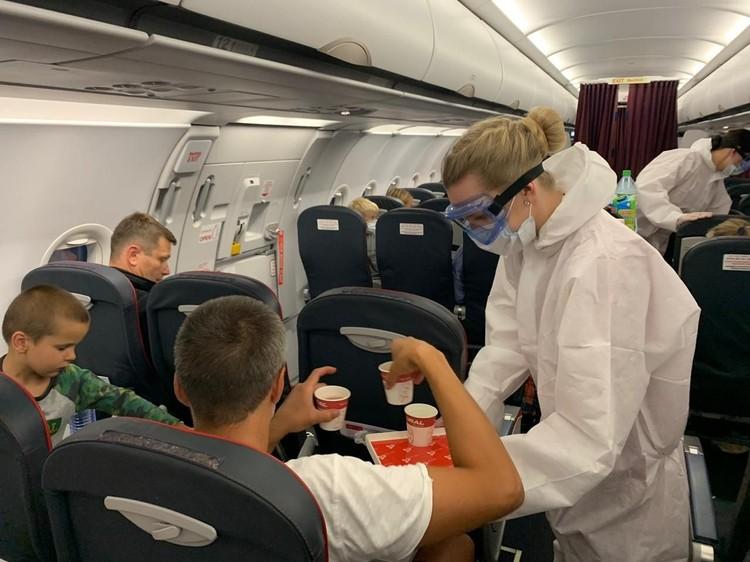 В полете бортпроводники, как и обычно, разносили пассажирам напитки. Фото: пресс-служба «Уральских авиалиний»