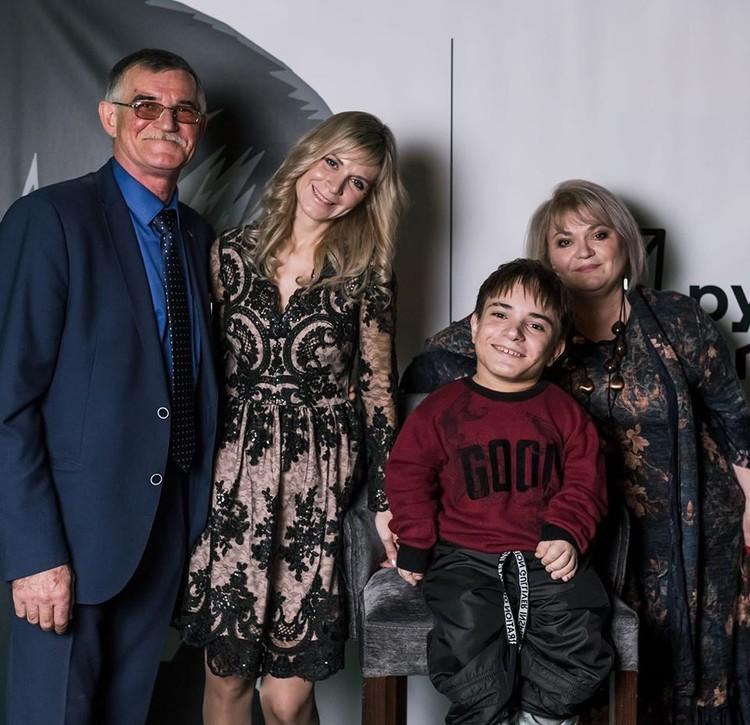 Данила Плужников с семьей. Фото: архив Ирины Афанасьевой