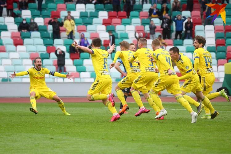 Борисовчане празднуют победный гол.