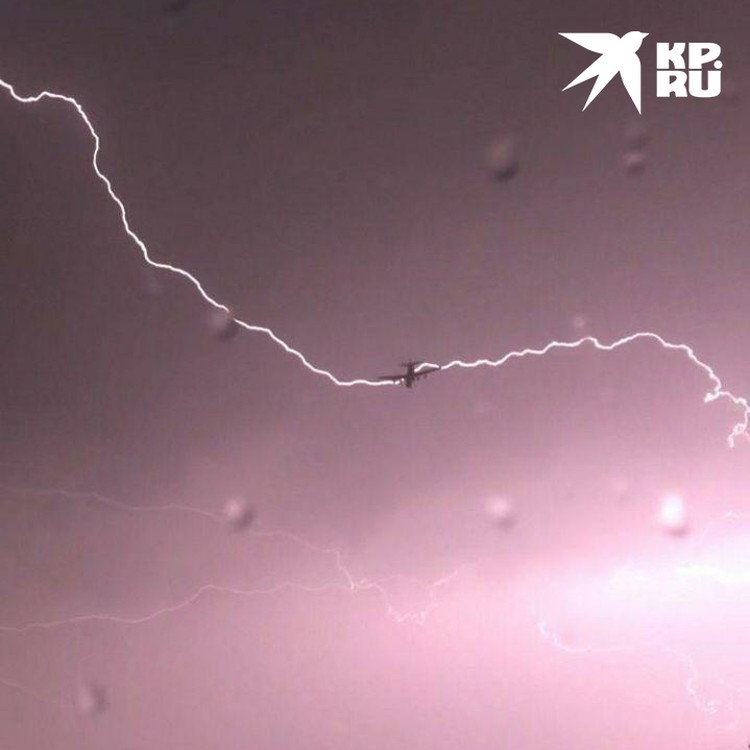 В самолет ударила молния.