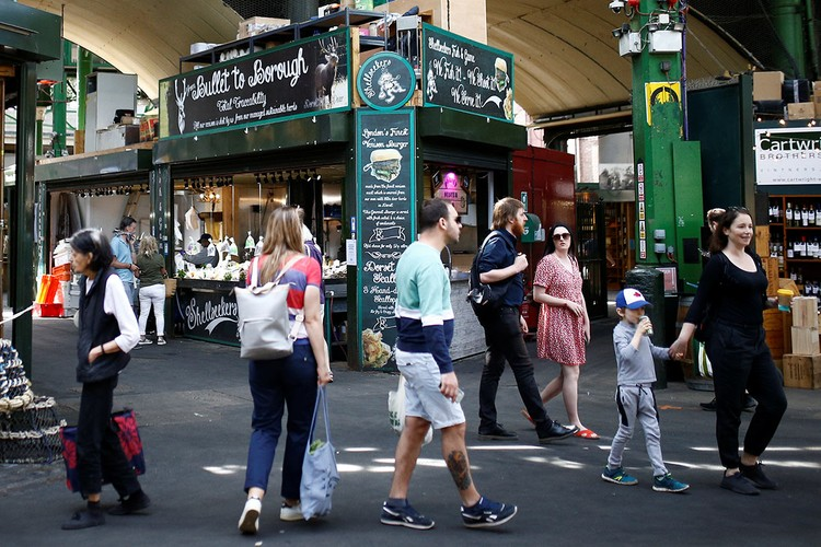 Посетители рынка Боро в Лондоне, 28 мая 2020 г.