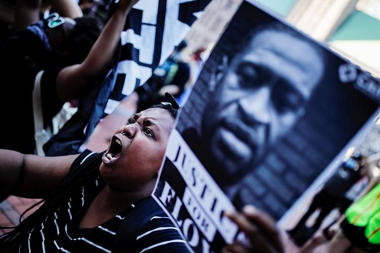 Днем протестующие выходят на улицу с портретами жертвы полицейских...