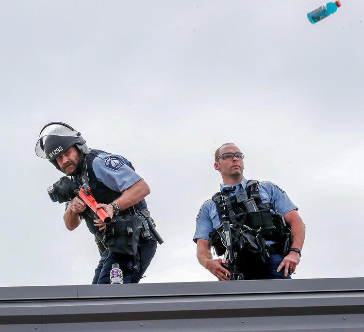 В полицейских летит всё, что попадается под руку.