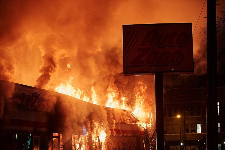 Во вторую ночь участники беспорядков сожгли несколько крупных магазинов.