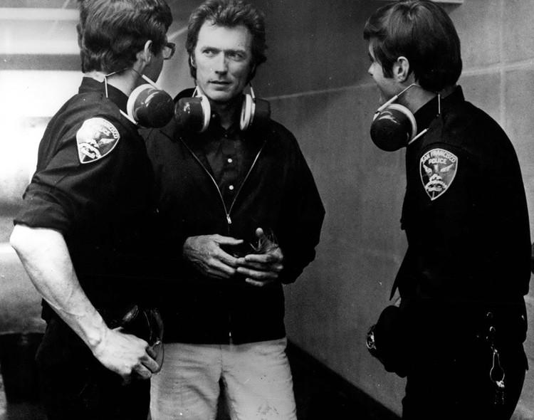Параллельно Иствуд начал ставить фильмы сам