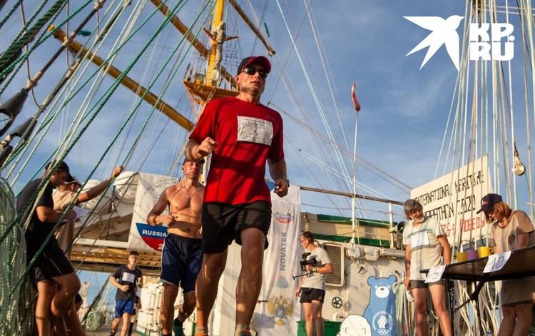 """Экипаж """"Паллады"""" умудряется даже бегать кросс в 42 километра. Для этого надо намотать по палубе 282 круга"""