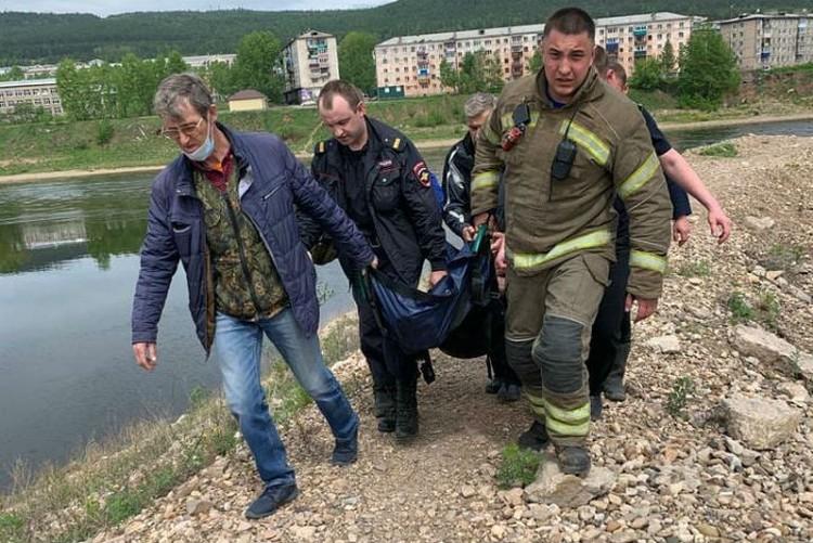 Спасенную женщину сразу отправили в больницу. Фото: ГУ МЧС России по Иркутской области.