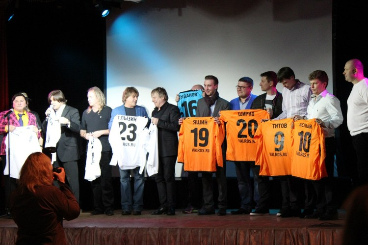 Презентация ФК «Артист» в одном из клубов - когда на сцену с музыкантами и актерами выходят реальные звезды футбола 1990-х и 2000-х.