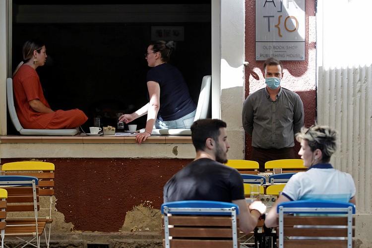 Посетители уличного кафе в Подгорице, Черногория.