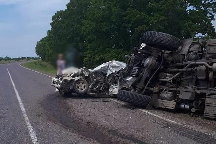 От удара военный автомобиль перевернулся, а Toyota изменилась до неузнаваемости. Фото: vseobovsem_lesozavodsk