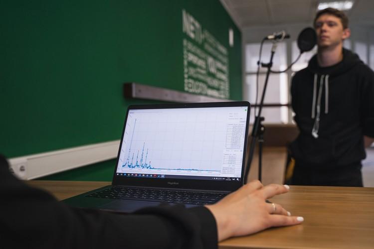 Для работы нужны только микрофон, специальная аудиокарта и компьютер. Фото: пресс-центр НГТУ.
