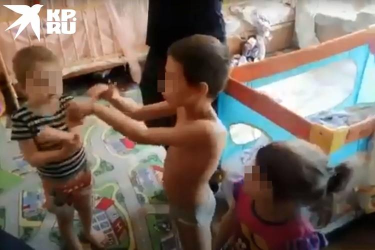 Малыши играли и веселились, как ни в чем не бывало. Без мамы они остаются не в первый раз. Фото: предоставлено Анной ТАЖЕЕВОЙ.