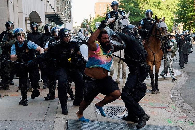 Полицейские разгоняют протестующих в Вашингтоне, 2 июня 2020 г.