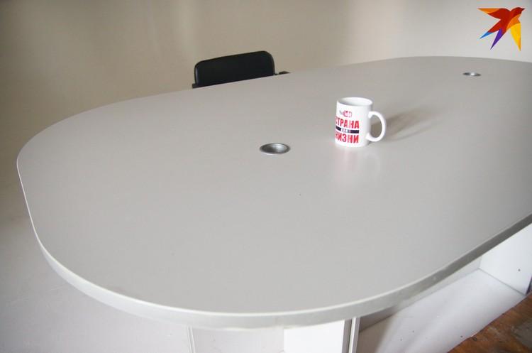 За этим столом Тихановский записывал свои студийные стримы. Кружка так и стоит на пустом столе после обыска