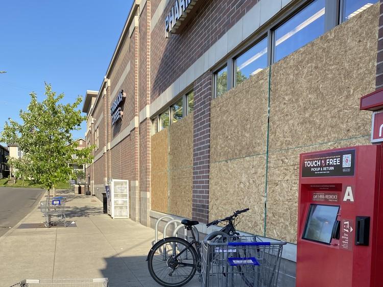 Владельцы магазинов вблизи даунтауна заколачивают щитами окна и витрины, чтобы их не разбили.
