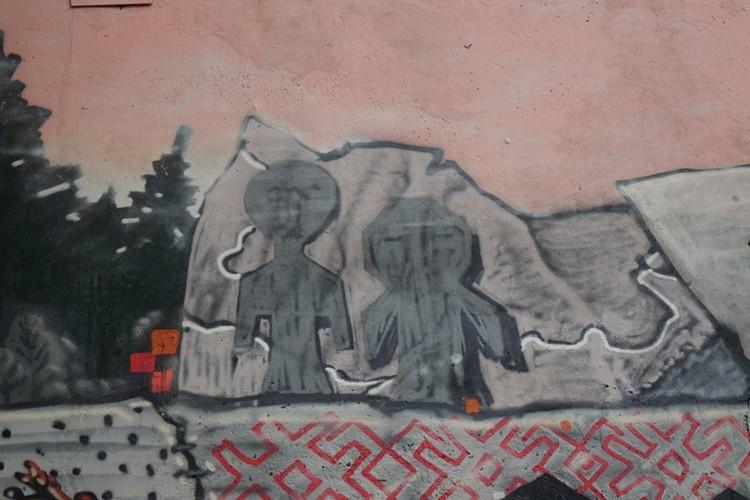 Граффити наполнено символами.
