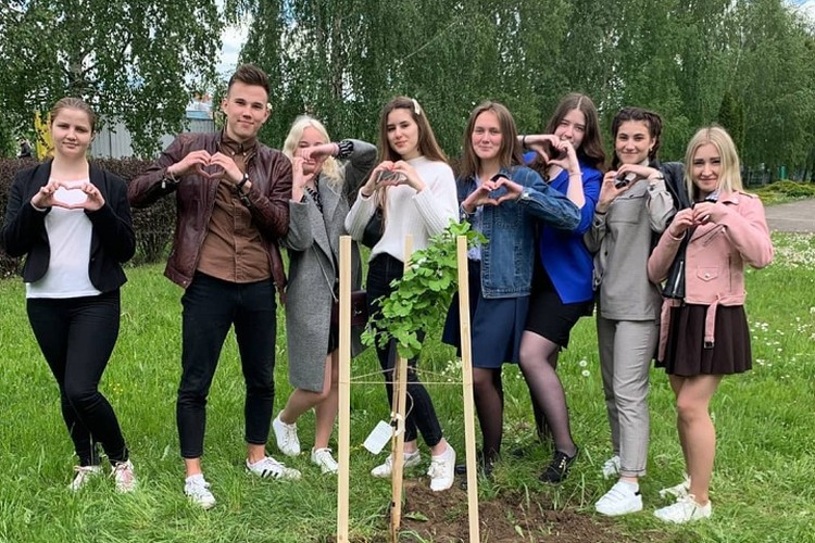 Выпускники из Орши поблагодарили школу и педагогов. Фото: соцсети.