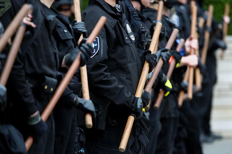 Грозные дубинки в руках офицеров полиции Сиэтла.