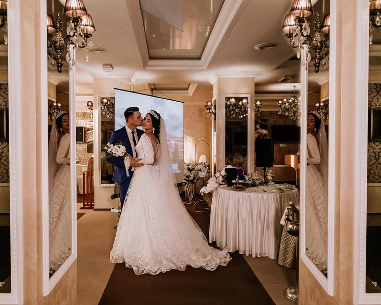 Пара не сразу нашла организаторов для своей виртуальной свадьбы.