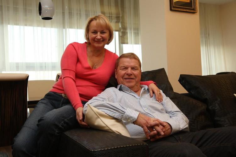Актер Михаил Кокшенов со своей женой предпринимателем Лепехиной Натальей у себя дома.