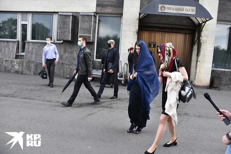 Две дочери Михаила Кокшенова — в синем платке Мария и рядом с ней Алевтина.