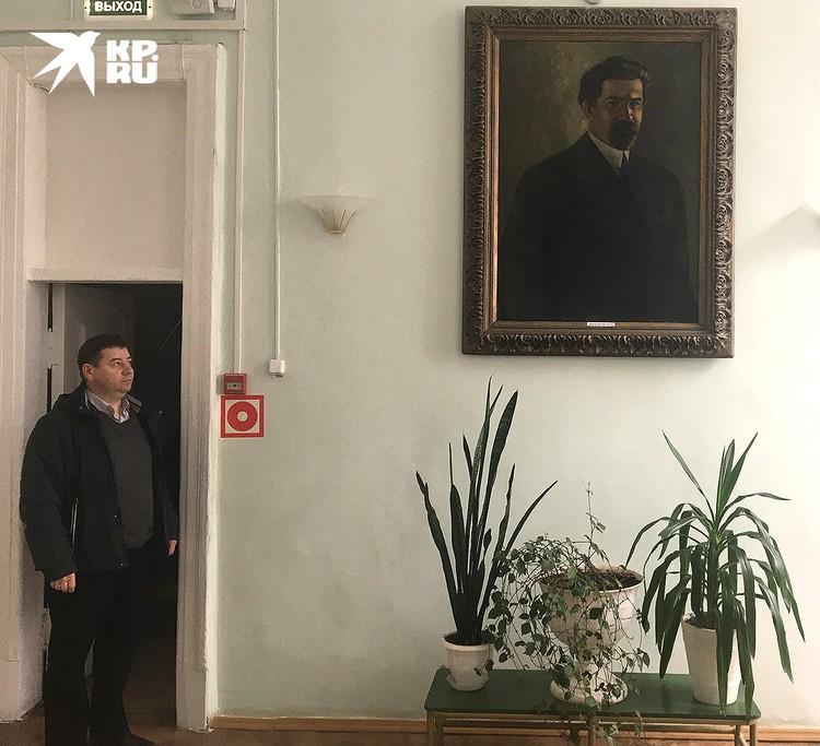 Дмитрий Рачков у портрета революционера Виктора Ногина.