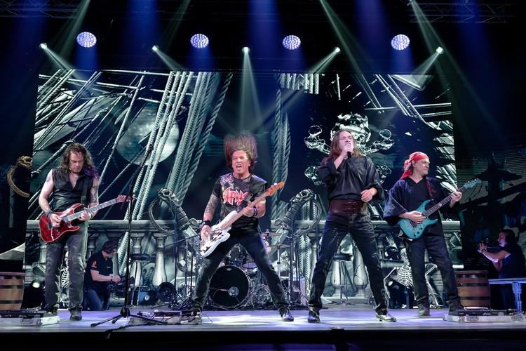 Во время онлайн-концерта «Точка невозврата» музыканты работали так ярко и энергично, будто перед ними был огромный гудящий эмоциями зал. ФОТО: Евгений СТУКАЛИН.