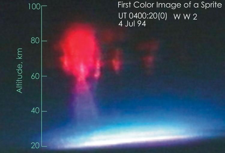Первый цветной снимок спрайта, полученный Университетом Аляски и NASA в 1994 году.