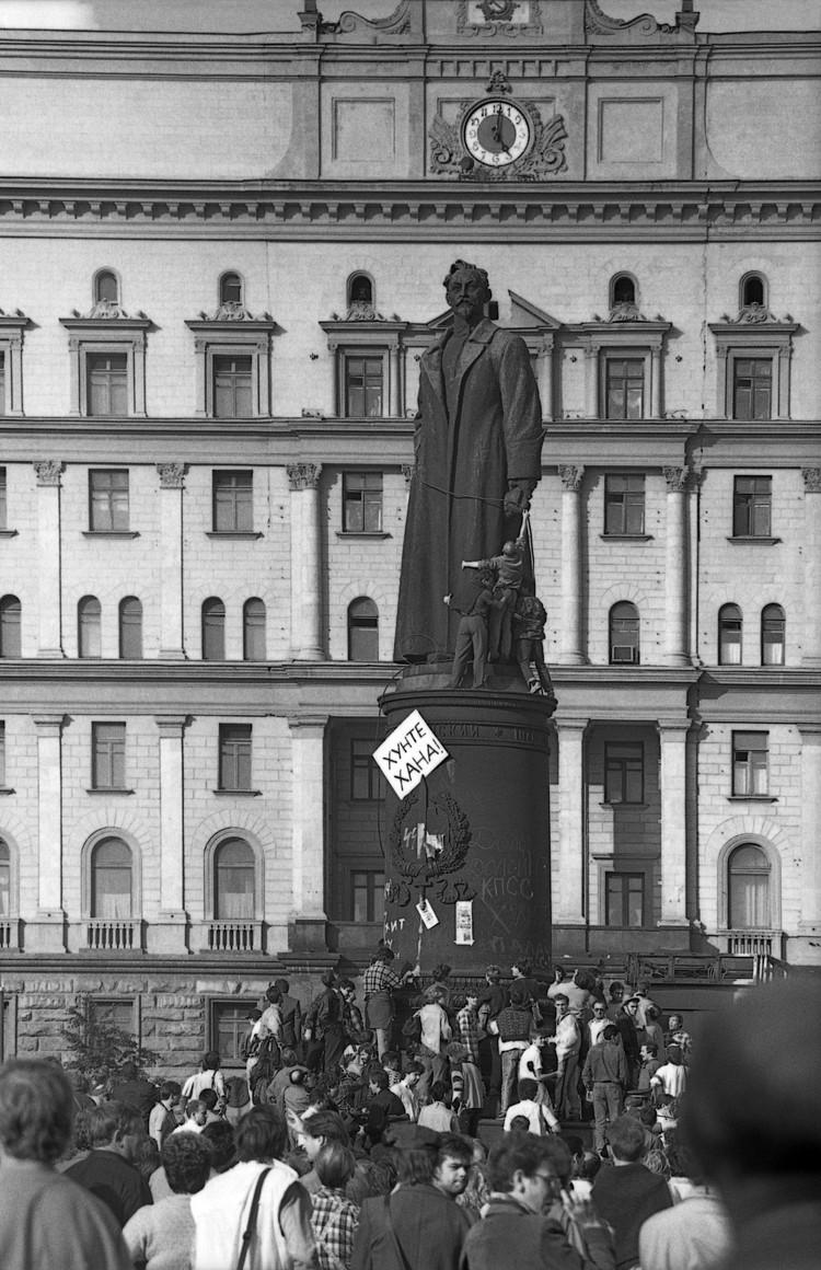 Снос памятника Дзержинскому на Лубянке в 90-х годах