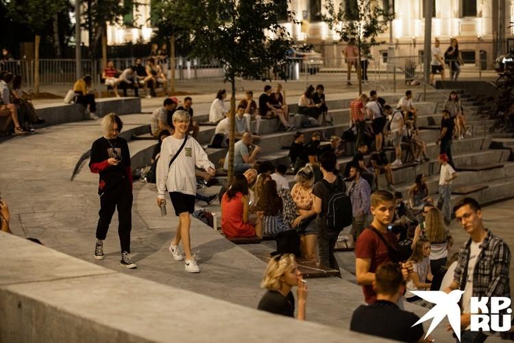 На Хохловской площади отдыхает прогрессивная молодежь.