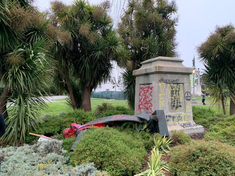 Свергнутый памятник Хуниперо Серре — католическому миссионеру и просветителю XVIII века
