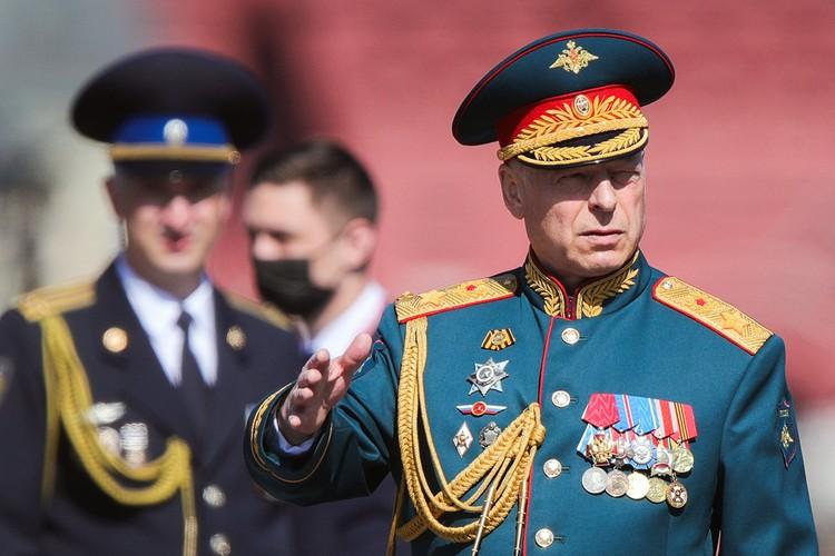 Главнокомандующий сухопутными войсками РФ Олег Салюков перед началом парада. Фото: Сергей Бобылев/ТАСС
