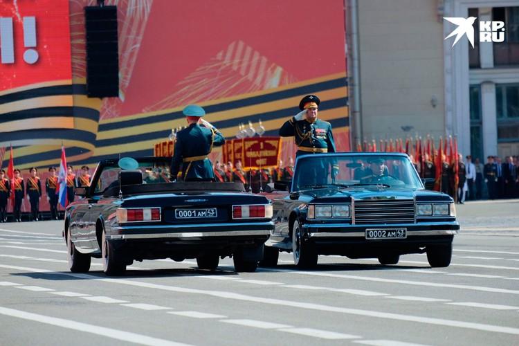 Командующий и принимающий парад приветствуют войска.