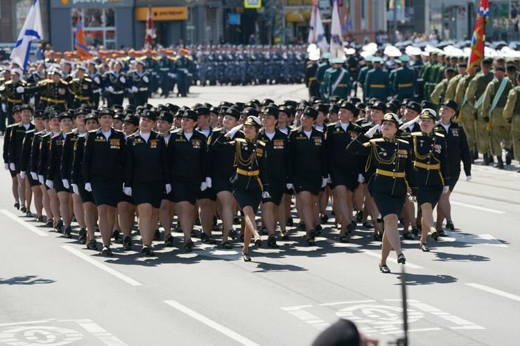 Девушки прошли по площади Победы бузупречно - ничуть не хуже мужчин.