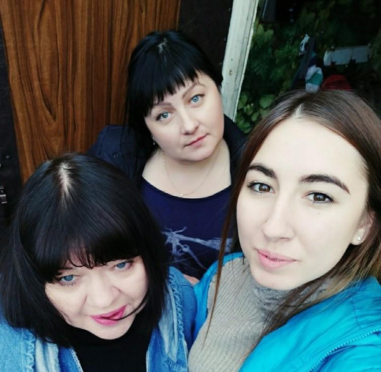 Ольга (на фото в центре) с дочкой и своей мамой.