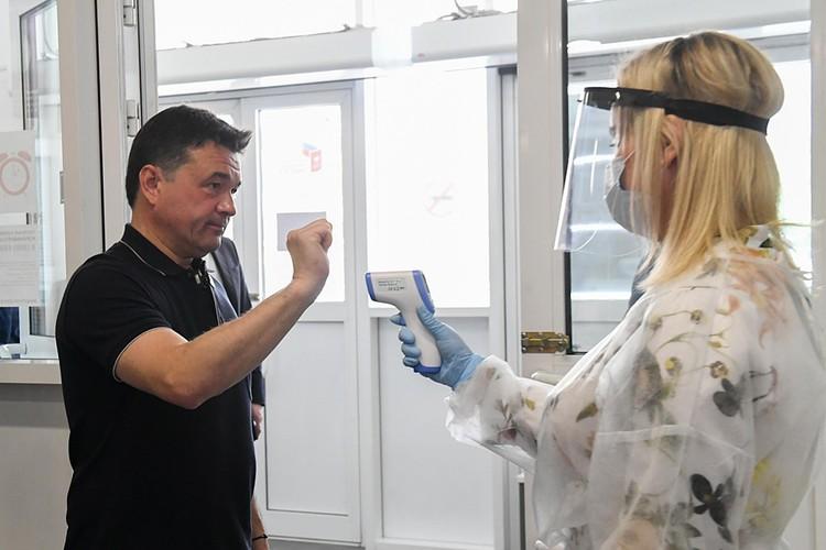 Губернатор Московской области Андрей Воробьёв побывал сегодня в Химках и проверил, как готовы к голосованию по поправкам в Конституцию избирательные участки. Фото Дениса Трудникова