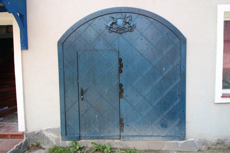 Так выглядит новая дверь. Старые сняли и выставят в музее.