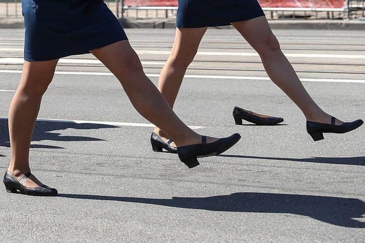 Обувь девушка потеряла потому, что на ногу ей наступила сзади идущая сослуживица. Фото: Виталий Невар/ТАСС