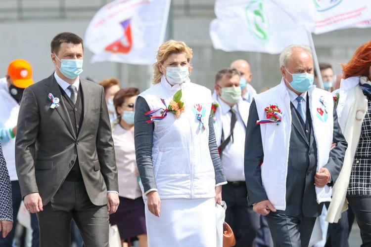 Среди участников парада были VIP-гости - на фото министр здравоохранения Башкирии Максим Забелин, главный эпидемиолог Анна Казак и спикер Курултая Константин Толкачев