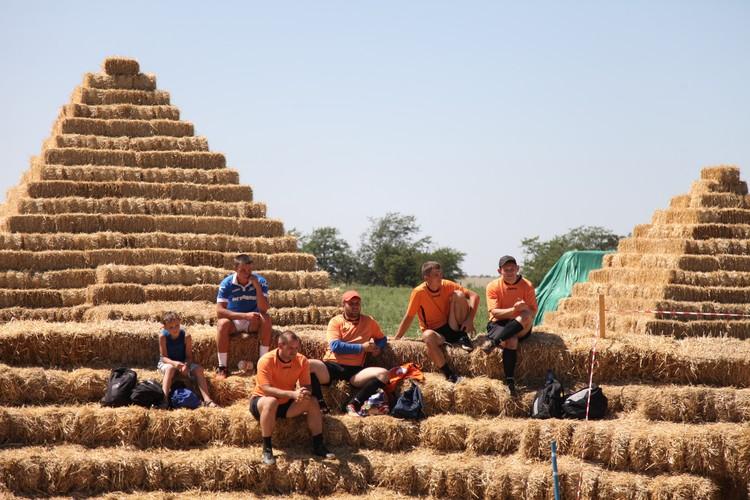 Ежегодно в КФХ Пономаревых проходит чемпионат мира по футболу на соломе. Футболисты на трибуне после игры.