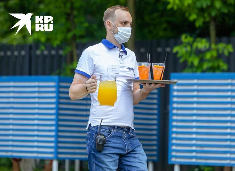 Сотрудники носят маски, а некоторые даже перчатки