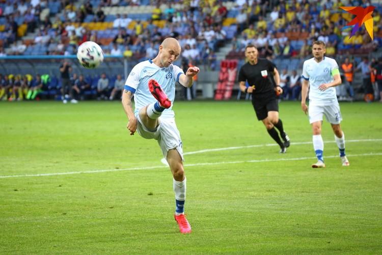 Вынос мяча из штрафной площадки Михаилом Козловым.