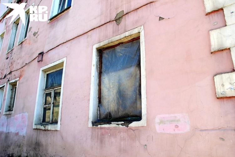 Во многих квартирах выбиты окна.