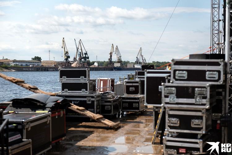 Оборудование портовым краном грузили с фур прямо на борт баржи