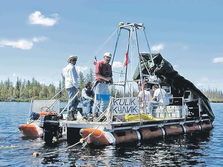 Итальянская экспедиция 1999 года изучает озеро на катамаране, названном в честь русского первооткрывателя тунгусского феномена Леонида Кулика. Фото: ISMAR