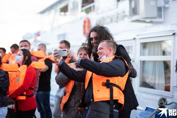 Фанаты успели урвать фото с Борисом Лифшицем