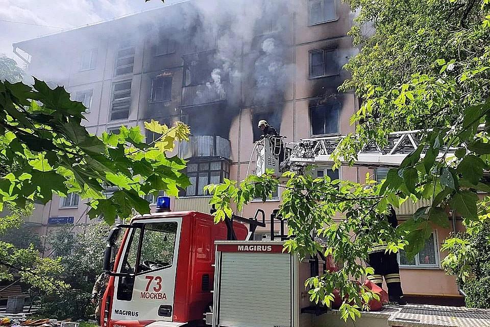 Площадь пожара составила порядка 150 м2, огонь повредил сразу несколько квартир. Фото: МЧС