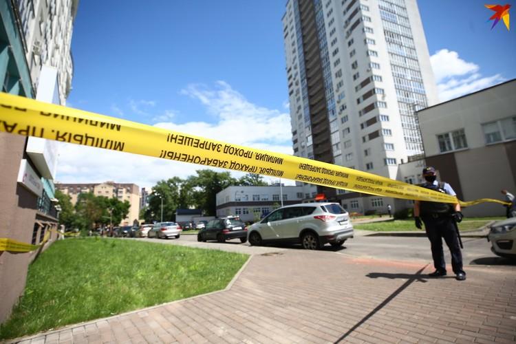 После случившегося место трагедии - подъезд и двор дома - оцепили лентой.